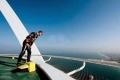 ليس للتقليد: سائق بريطاني يقوم بمغامرة جنونية من أعلى برج العرب في دبي