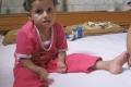 في حادثة غريبة .. بالصور والفيديو:- طفلة فلسطينية تأكل أصابعها العشرة