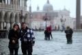 بالفيديو.. الإيطاليون يحتفلون بأقوى فيضانات في فينسيا منذ 150 عاماً !!!