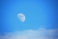 لماذا نرى القمر في النهار في بعض الأحيان ؟