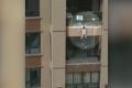 بالفيديو.. لحظة سقوط طفل من الطابق الخامس
