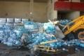 """بالصور: اتلاف مئة وثمانية آلاف عبوة من مياه """"ميرون"""" المعدنية الإسرائيلية"""