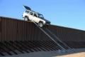 أغرب محاولات التهريب لعبور حدود المكسيك مع امريكا - صور