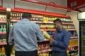 عروض تخفيضات المواد الغذائية.. خطر كامن يستهوي جيوب البسطاء في غزة