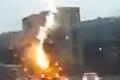 عمود هابط من النار يضرب سقف سيارة بشكل مفاجئ... شاهد الفيديو