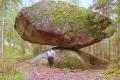 """لغز """"الصخرة الغريبة"""" وكيف تبقى ثابتة لا تميل ولا تقع"""