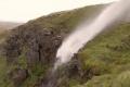 بالفيديو... ظاهرة غريبة في المملكة المتحدة...شلال يتدفق صعودا