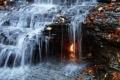 لغز حير جُل العلماء... شعلة نار تعشق قطرة مياه لم تنطفئ لآلاف السنين بنيويورك