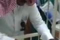 بالفيديو اب يعتذر لأبنه بعد ان عجز عن توفير العلاج له