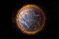 نصف مليون قطعة من نفايات الفضاء تدور حول الأرض. كيف نتخلص منها؟