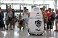 أول روبوت شرطي يباشر مهامه في الصين