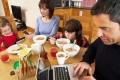 هل تستعمل الهاتف أثناء تناول الطعام؟