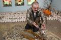 مليونير روسي يفرش منزله بالأموال!