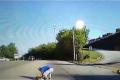 بالفيديو ... سقوط طفلة من حافلة مدرسة