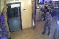 لص يسرق محفظة موظفة بشركة في رام الله.. شاهد الفيديو وساعد بالتعرف عليه!