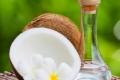 الفراولة وزيت جوز الهند وصودا الخبز ثلاث طرق لأسنان ناصعة البياض