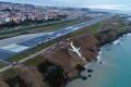 بالفيديو..انزلاق طائرة تركية في جرف طيني مطل على البحر الأسود
