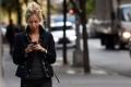 مدينة أمريكية تحظر تصفح الهواتف المحمولة لدى عبور الطرق