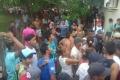 بالفيديو ...حشود غاضبة تخرج قاتلة طفل من السجن ثم تحرقها في البرازيل