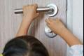 تحذيرات من «انغلاق الأبواب على الأصابع»: أضرار تستمر مدى الحياة