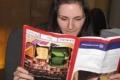 """فتاة عبقرية تقرأ كل شىء بـ""""المقلوب """""""