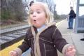 """بالصور.. """"فرحة غريبة"""" لطفلة ترى القطار لأول مرة"""