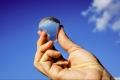 باحثون يصنعون عبوات ماء قابلة للأكل بدلا من البلاستيك