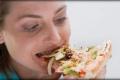 النساء يتناولن كميات طعام كبيرة بسبب الانفعالات النفسية