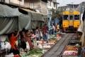 بالفيديو| في تايلاند.. قطار يمر وسط سوق 8 مرات باليوم