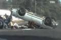 بالفيديو: حادث غريب ومروع .. والعيب في الركاب وليس السيارة أم ماذا؟؟
