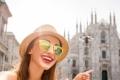 استعملها وسترش بالماء.. السلطات الإيطالية تمنع استخدام عصا السيلفي في ميلانو