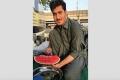 لماذا اشتهر هذا الشاب الباكستاني على شبكات التواصل الاجتماعي؟