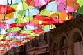شارع مُغطى بالمظلات الملونة في البرتغال '' أستخدام الفن والإبداع لراحة العامة ''