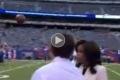 بالفيديو ..كرة ترتطم بوجه مراسلة تلفزيونية مباشرة على الهواء!