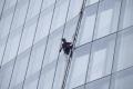 نساء يتسلقن أطول مبنى في أوروبا خلال 16 ساعة... فما الهدف؟
