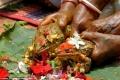 بالصور... عادات غريبة عجيبة لطلب الغيث والمطر... قرية هندية تنظم عرساً ضخماً لضفدع وضفدعة