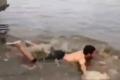"""بالفيديو: شاب """"عبيط """" يسبح بالشارع بعد هطول الأمطار"""
