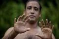 بالصور والفيديو....كوبي لديه 24 إصبع ويتسلق الأشجار لكسب لقمة العيش