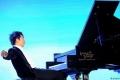 عازف بيانو شهير يستعين بذراع آخر ولا يتغيب عن حفله