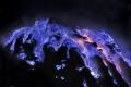 ظاهرة غريبة ورائعة... بركان يطلق حمماً زرقاء