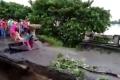 شاهد لحظة غرق أم وطفلها بانهيار جسر جرّاء فيضانات عارمة