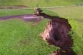 بالفيديو..الأمطار تحدث شقا عميقا وتكشف تاريخا سحيقا