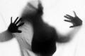 مُتسولة تهاجم مسنة بمطرقة وتصيبها بجروح بليغة داخل بيتها في القدس