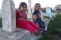 بالصور: عائلات في غزة تتقاسم السكن مع الأموات