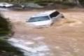 متهور سعودي يقطع بسيارته السيول العارمة.. شاهد ماذا حدث!
