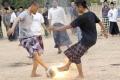 من اندونيسيا : لعب كرة القدم بكرة من النار !
