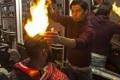 بالفيديو ..الحلاق رمضان يشعل النار في رؤوس زبائنه لتصفيف شعرهم