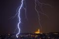 عاصفة عاتية تدك إسطنبول وتشل حركة المدينة