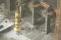 فيديو مهيب.. عامل يرافق هلال مئذنة الحرم على ارتفاع 90 متراً
