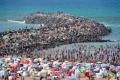 ملايين المغاربة يفرون الى الشواطئ هرباً من الحر الشديد... شاهد الصور